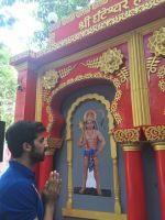 Akshay Oberoi visited the famous Ghanteshwar Hanuman Temple in Mumbai to seek blessings for his film Laal Rang on 22nd April 2016 (3)_5726fa7092737.jpg
