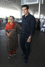 Omung Kumar snapped at airport on 7th April 2016 (16)_572f41253d792.JPG