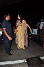 Sonam Kapoor snapped at airport on 7th May 2016 (13)_572f3a47c59da.JPG