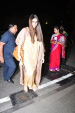 Sonam Kapoor snapped at airport on 7th May 2016 (20)_572f3a52a5fe8.JPG