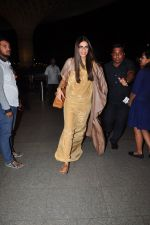 Sonam Kapoor snapped at airport on 7th May 2016 (22)_572f3a5598bde.JPG