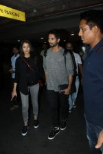 Shahid Kapoor and Mira Rajput snapped at airport on 8th May 2016 (21)_573185b8b025f.JPG
