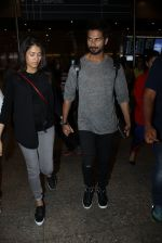 Shahid Kapoor and Mira Rajput snapped at airport on 8th May 2016 (26)_573185ba483bd.JPG