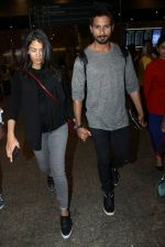 Shahid Kapoor and Mira Rajput snapped at airport on 8th May 2016 (28)_573185bae831f.JPG