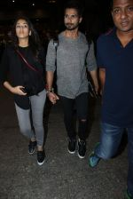 Shahid Kapoor and Mira Rajput snapped at airport on 8th May 2016 (30)_573185bb9248e.JPG
