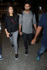 Shahid Kapoor and Mira Rajput snapped at airport on 8th May 2016 (32)_573185bc43c1f.JPG