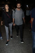 Shahid Kapoor and Mira Rajput snapped at airport on 8th May 2016 (33)_573185bcdf10e.JPG