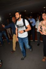 Emraan Hashmi snapped at airport in Mumbai on 12th May 2016 (81)_5735a682a1c38.JPG