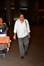 Vinod Khanna snapped at airport in Mumbai on 12th May 2016 (55)_5735a6e83cd86.JPG