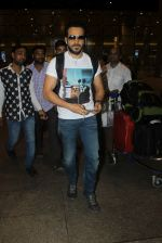 Emraan hashmi snapped at the airport on 13th May 2016 (3)_5736d5af05e1e.JPG