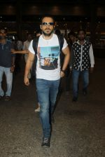 Emraan hashmi snapped at the airport on 13th May 2016 (6)_5736d5b137175.JPG