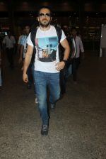 Emraan hashmi snapped at the airport on 13th May 2016 (7)_5736d5b1dee6a.JPG