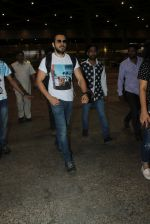 Emraan hashmi snapped at the airport on 13th May 2016 (8)_5736d5b2d54a1.JPG