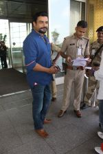 Madhavan snapped at airport on 14th May 2016 (5)_573854f636574.JPG