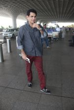 Omung Kumar snapped at airport on 14th May 2016 (13)_573854fd544ca.JPG