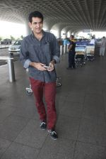Omung Kumar snapped at airport on 14th May 2016 (16)_57385501300cb.JPG