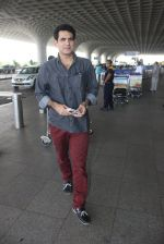 Omung Kumar snapped at airport on 14th May 2016 (17)_57385504ef67d.JPG