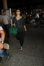 Kajol snapped at airport on 16th May 2016 (50)_573aca4b7a1d3.JPG