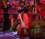 Kiku Sharda and Sunil Grover with DJ Dwayne Bravo on the sets of Sony Entertainment Television_s The Kapil Sharma Show (2)_573abe071ef56.JPG
