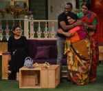 Kiku Sharda and Sunil Grover with DJ Dwayne Bravo on the sets of Sony Entertainment Television_s The Kapil Sharma Show (3)_573abe08c4c90.JPG