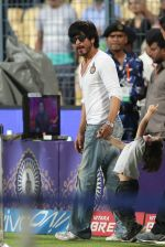 Shahrukh Khan with abram at eden gardens on 17th May 2016 (3)_573c0e00013dc.jpg