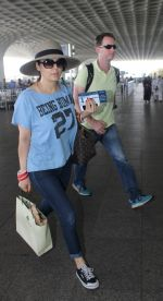 Preity Zinta with hubby snapped at airport on 18th May 2016 (21)_573d70d763b1d.JPG