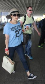 Preity Zinta with hubby snapped at airport on 18th May 2016 (22)_573d71103235b.JPG