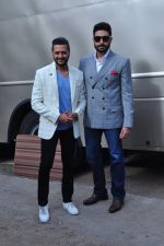 Riteish Deshmukh, Abhishek Bachchan at Housefull 3 promotions on Comedy Nights Bachao on 23rd May 2016 (1)_5743fb7ed1dfe.JPG