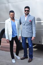 Riteish Deshmukh, Abhishek Bachchan at Housefull 3 promotions on Comedy Nights Bachao on 23rd May 2016 (45)_5743fb7f70265.JPG