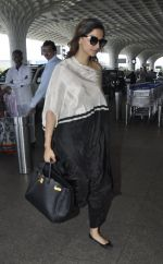 Sonam Kapoor snapped at airport on 24th May 2016 (11)_5747067a18cfc.JPG