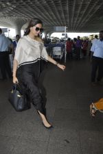 Sonam Kapoor snapped at airport on 24th May 2016 (12)_5747067ab8824.JPG