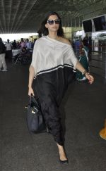 Sonam Kapoor snapped at airport on 24th May 2016 (16)_5747067f11b15.JPG