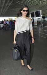 Sonam Kapoor snapped at airport on 24th May 2016 (9)_574706784970f.JPG