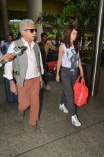 Kalki Koechlin, Naseeruddin Shah snapped at airport in Mumbai on 28th May 2016 (28)_574a937ce3f73.JPG