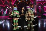 Malaika Arora showing her kung fu chops to Donatello and Leonardo on 30th May 2016
