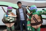 Siddharth Shukla shares a slice of pizza with Donatello and Leonardo on 30th May 2016 (4)_574d2873b7ca4.JPG