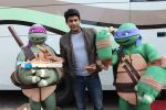 Siddharth Shukla shares a slice of pizza with Donatello and Leonardo on 30th May 2016