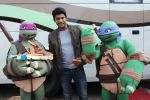 Siddharth Shukla shares a slice of pizza with Donatello and Leonardo on 30th May 2016 (6)_574d28786e08b.JPG