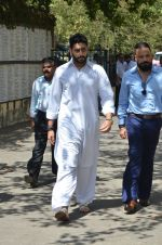 Abhishek Bachchan at Vikas Mohan funeral in Mumbai on 31st May 2016 (68)_574e8b261338d.JPG