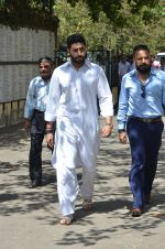 Abhishek Bachchan at Vikas Mohan funeral in Mumbai on 31st May 2016 (69)_574e8b26bbe67.JPG