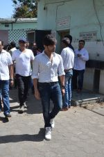 Himesh Reshammiya at Vikas Mohan funeral in Mumbai on 31st May 2016 (17)_574e8c868de4e.JPG