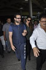 Kareena Kapoor, Saif Ali Khan snapped at airport  in Mumbai on 31st May 2016 (10)_574e8850f070a.JPG