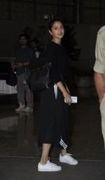 Anushka Sharma snapped at airport in Mumbai on 2nd June 2016 (3)_575127fa7c553.JPG