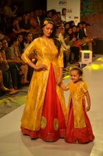 Anita Hassanandani on ramp for Kids fashion week on 3rd June 2016 (9)_5752d2df819dd.JPG