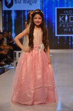 Harshaali Malhotra on ramp for Kids fashion week on 3rd June 2016 (66)_5752d2f213323.JPG