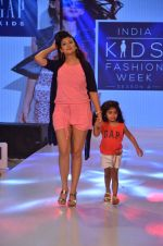 Juhi Parmar on ramp for Kids fashion week on 3rd June 2016 (82)_5752d2fa0c1b1.JPG