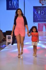 Juhi Parmar on ramp for Kids fashion week on 3rd June 2016 (83)_5752d2faa6a40.JPG