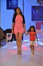 Juhi Parmar on ramp for Kids fashion week on 3rd June 2016 (84)_5752d2fb60f14.JPG