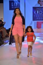 Juhi Parmar on ramp for Kids fashion week on 3rd June 2016 (85)_5752d2fc046b5.JPG