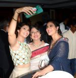 Tanisha Mukherjee, Tanuja, Kajol at Swabhiman Mumbaikar event to honour Padmabhushan winners on 3rd June 2016